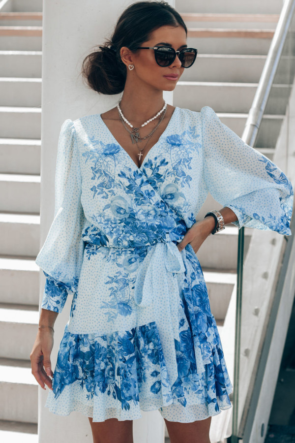 Biało-niebieska sukienka szyfonowa w kwiaty Flores