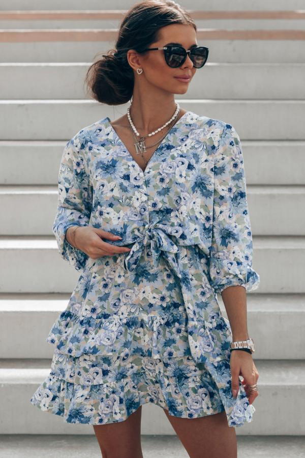 Niebieska sukienka kwiatowa rozkloszowana z falbankami Abella