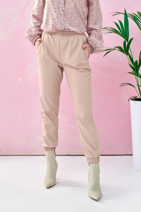 Beżowe spodnie joggery z eko skóry Emilia
