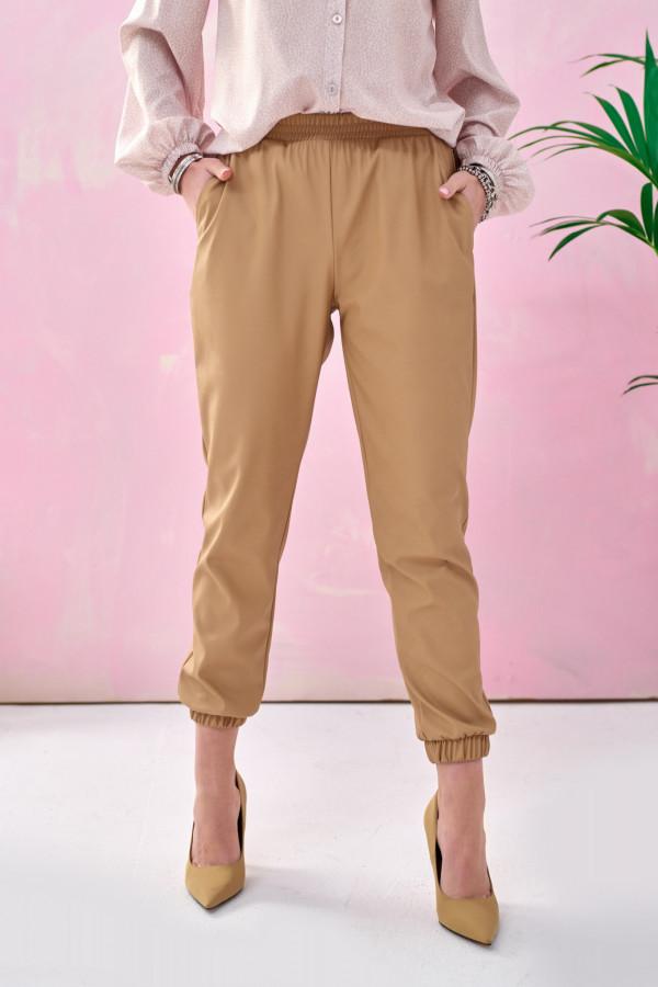 Karmelowe spodnie joggery z eko skóry Emilia