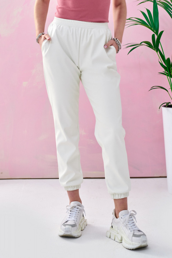 Białe spodnie joggery z eko skóry Emilia