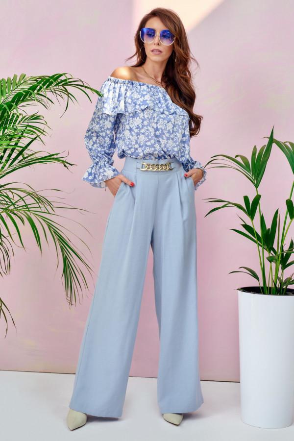 Jasnoniebieskie materiałowe luźne spodnie z łańcuszkiem Giada