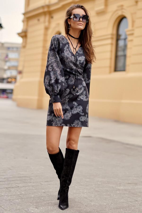 Czarna sukienka kopertowa z bufiastymi rękawami we wzory Johanne