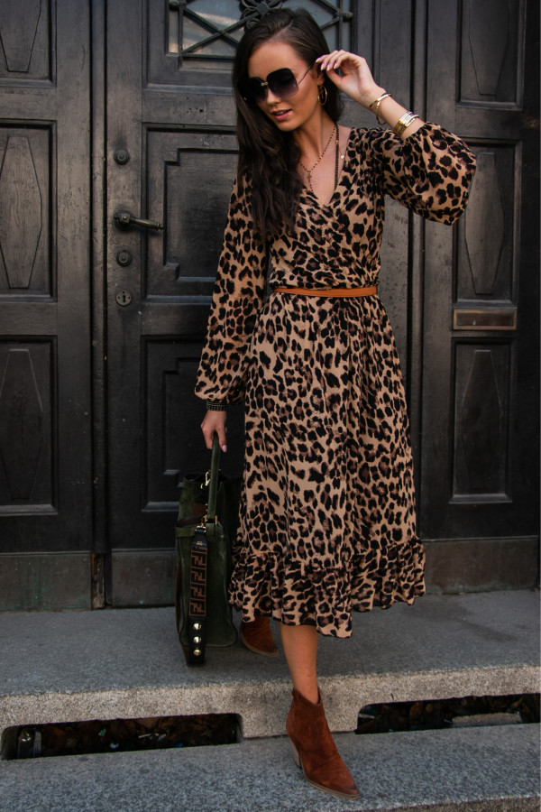 Brązowa panterkowa sukienka kopertowa z falbanką V-Neck midi Melody