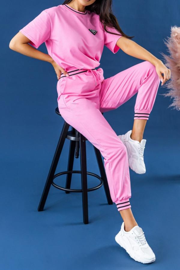 Różowy dresowy komplet damski z modnymi ściągaczami Marione