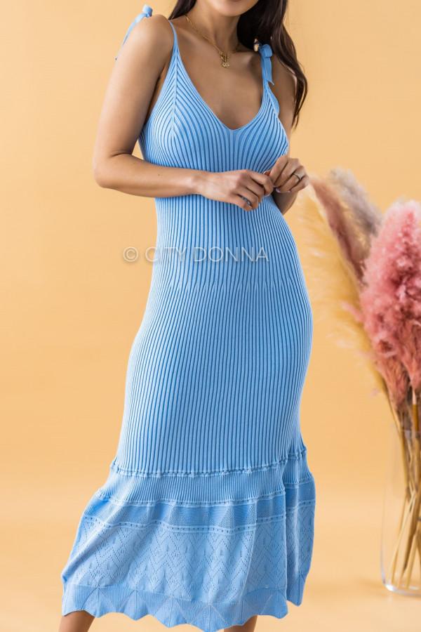 Niebieska dzianinowa sukienka z falbanką na ramiączkach midi Riley