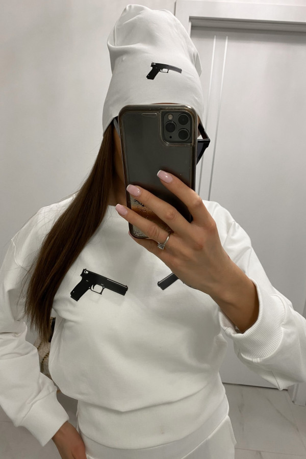 Biała czapka z nadrukiem Pistolet