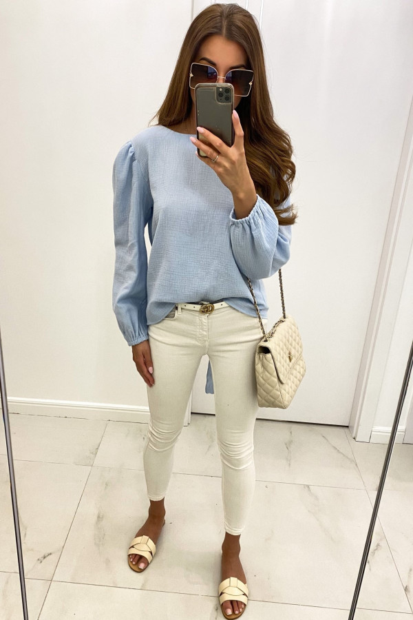 Jasnoniebieska muślinowa bluzka z wycięciem na plecach Camilla
